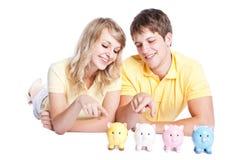 Giovani soldi di risparmio delle coppie Fotografia Stock