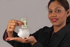 giovani soldi indiani di risparmio della donna Immagini Stock Libere da Diritti