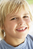 giovani sorridenti del ritratto del ragazzo immagini stock libere da diritti