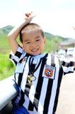 Giovani sorrisi del ragazzo fotografia stock libera da diritti