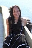 Giovani sorrisi della donna di colore Fotografie Stock Libere da Diritti