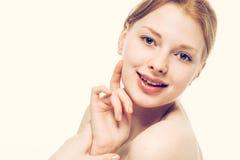 Giovani sorrisi felici del bello della donna ritratto del fronte Fotografia Stock