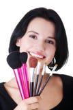 Giovani spazzole della tenuta della donna dell'artista di trucco Fotografia Stock