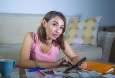 Giovani spese e reddito domestici di stima felici e soddisfatti di finanza della donna latina che sorridono facendo uso del calco fotografie stock libere da diritti