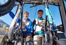 Giovani sportivi in cabina di funivia Fotografie Stock