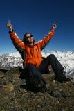 Giovani sportswomen felici a causa di alpinismo Fotografia Stock