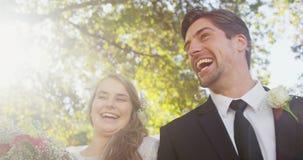 Giovani sposa della persona appena sposata e sposo felici 4K 4k stock footage