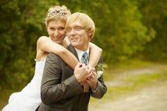 Giovani sposa e sposo felici fotografie stock