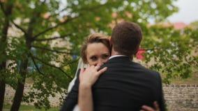 Giovani sposa e sposo n un parco soleggiato stock footage