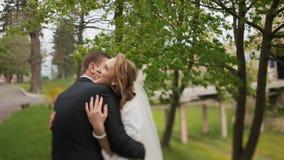 Giovani sposa e sposo n un parco soleggiato video d archivio