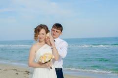 Giovani sposa e sposo sulla spiaggia Fotografie Stock Libere da Diritti