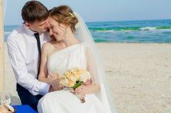 Giovani sposa e sposo sulla spiaggia Immagine Stock