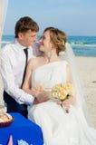 Giovani sposa e sposo sulla spiaggia Fotografia Stock