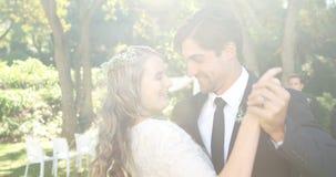 Giovani sposa felice e sposo che si abbracciano mentre ballando 4K 4k stock footage