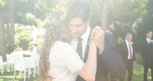 Giovani sposa felice e sposo che si abbracciano mentre ballando 4K 4k video d archivio