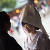 Giovani sposo e sposa felici durante la cerimonia di nozze tradizionale giapponese al santuario di Meiji-jingu a Tokyo, Giappone  immagine stock libera da diritti