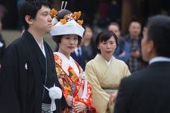 Giovani sposo e sposa felici durante la cerimonia di nozze tradizionale giapponese al santuario di Meiji-jingu a Tokyo, Giappone  fotografie stock libere da diritti