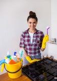 Giovani strumenti e prodotti graziosi di pulizia della tenuta della donna in secchio Immagine Stock Libera da Diritti