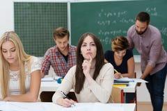 Giovani studentesse che studiano nell'aula Immagini Stock
