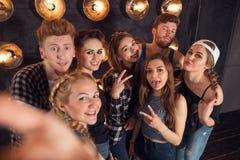 Giovani studenti allegri felici che fanno selfie in città universitaria fotografia stock