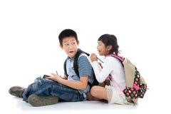 Giovani studenti asiatici felici che scrivono insieme Fotografia Stock Libera da Diritti