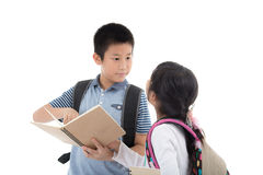 Giovani studenti asiatici felici sopra bianco Fotografia Stock Libera da Diritti
