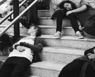 Giovani studenti che dormono sulla scala Fotografia Stock Libera da Diritti