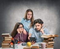 Giovani studenti che leggono un libro elettronico Fotografia Stock Libera da Diritti