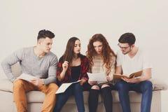 Giovani studenti che preparano per l'esame a casa Fotografia Stock Libera da Diritti