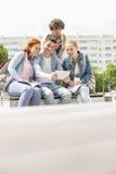 Giovani studenti che si fotografano tramite la compressa digitale alla città universitaria Fotografia Stock