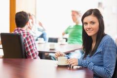 Giovani studenti di college alla caffetteria Fotografia Stock