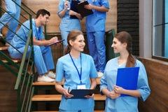 Giovani studenti di medicina sorridenti fotografia stock libera da diritti