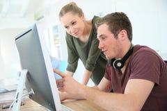 Giovani studenti di progettazione digitale nella classe Fotografia Stock