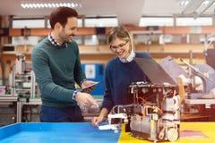 Giovani studenti di robotica che preparano robot per provare Fotografia Stock Libera da Diritti