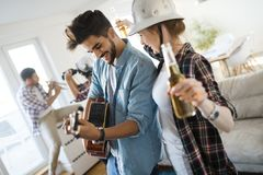 Giovani studenti ed amici che celebrano ahd divertendosi mentre bevendo Fotografia Stock Libera da Diritti