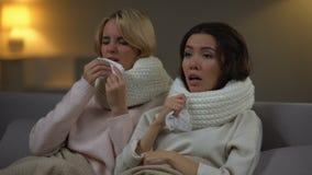Giovani studenti in sciarpe che starnutiscono nel tessuto, influenza di sofferenza, epidemia di inverno video d archivio