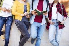 Giovani studenti sulla città universitaria Immagine Stock Libera da Diritti