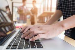 giovani studenti universitari che studiano con il computer in caffè gruppo Immagini Stock