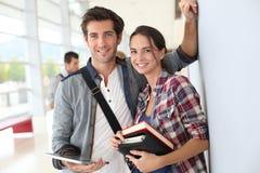Giovani studenti universitari che tengono i libri Immagini Stock Libere da Diritti