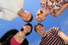 Giovani su un cielo della priorità bassa. Fotografia Stock Libera da Diritti