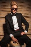 Giovani suglasses d'uso eleganti dell'uomo di affari Immagini Stock Libere da Diritti