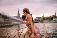 Giovani sull'orlo del pilastro nel lago Fotografia Stock Libera da Diritti