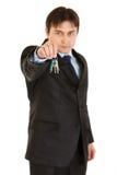 Giovani tasti seri della holding dell'uomo d'affari a disposizione Immagine Stock