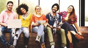 Giovani Team Together Cheerful Concept degli adolescenti immagine stock