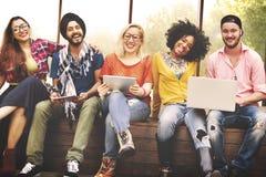 Giovani Team Together Cheerful Concept degli adolescenti immagini stock