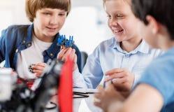 Giovani tecnici sorridenti felici che fanno giocattolo Fotografia Stock Libera da Diritti