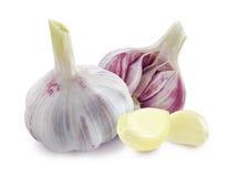 Giovani teste e chiodi di garofano dell'aglio su fondo bianco Immagine Stock