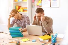 Giovani tipi che studiano per gli esami a casa Fotografia Stock