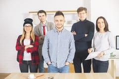 Giovani tipi e ragazze in ufficio Fotografia Stock