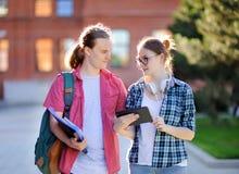Giovani tipo e ragazza astuti in campus universitario Immagine Stock